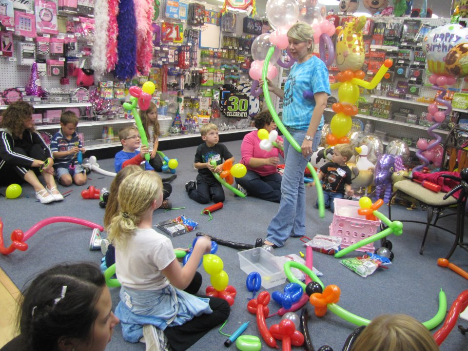 Pin learning balloon decor us art balloons on pinterest for Balloon decoration classes